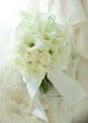 クラッチブーケ パークハイアット東京様へ 夢 カラーと白バラだけで