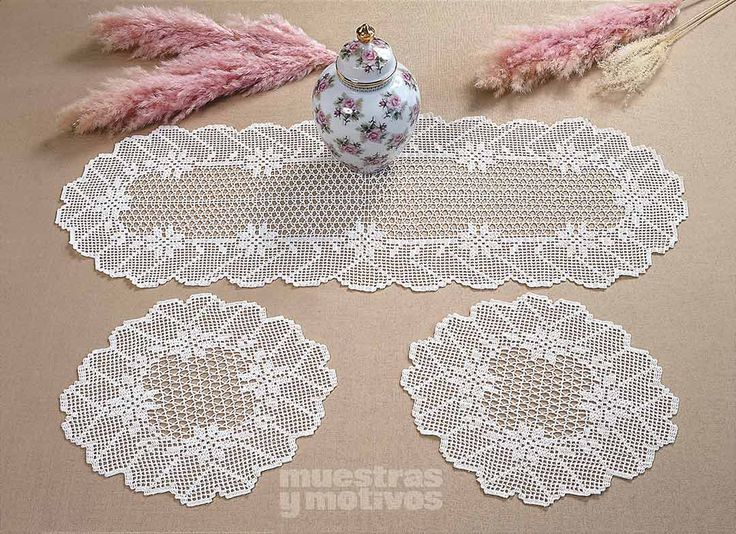 2,90€ #muestrasymotivos #crochet  Decora tu mesa del salón con este juego de paños tejidos a ganchillo. http://www.e-muestrasymotivos.com/caminos-de-mesa/151-epanos0203.html