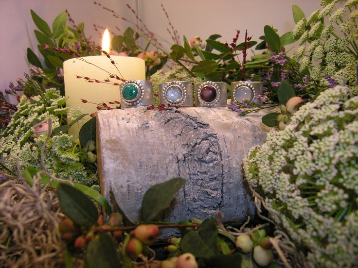 Brede zilveren ringen met edelstenen. Van links naar rechts: malachiet, rookkwarts, chalcedoon (donker) en chalcedoon (licht)  - Door Jeannette de Brouwer (Jeann@ Goudsmid) || #sieraden #ringen #malachiet #chalcedoon #rookkwarts #edelsteen #edelstenen #zilver #goudsmid #juwelier #handgemaakt #handmade
