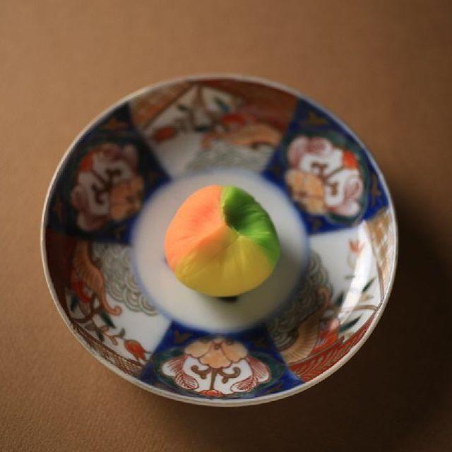 """今日の #和菓子 は #ねりきり で作った #山粧ふ です。 ねりきりとは白餡に餅や芋を混ぜて作った和菓子で #茶道 で使われる「 #上生菓子 」の一種です。 #撮影 用に作成しました。 このお皿もお借りしてる椿窯製?です。 Today's wagashi is black #Foliage season made with #Nerikiri. The Nerikiri is the material of wagashi made by mixing the rice cake and yam in white bean. Is a kind of """"Jounamagashi"""" as used in the tea ceremony. The sweets I've made for the shooting. #練切 #煉切 #wagashi #sweets #artist #art #出雲 #福泉堂 #三代目 #icu_japan #ig_japan #team_jp_  #love #dessert #デザート #お菓子 #candy #Halloween #うつわ…"""
