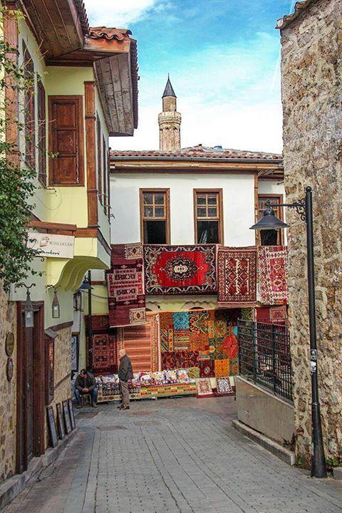 Antalya Ciudad Vieja - Antalya es una ciudad situada en la costa mediterránea del suroeste de Turquía. Es la capital de la provincia de Antalya y da nombre a uno de los mayores golfos de la costa turca, el golfo de Antalya