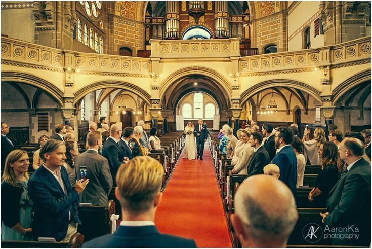 Bride walks down the aisle. What a emotional Moment. Hochzeitsfotos - AaronKa Photography