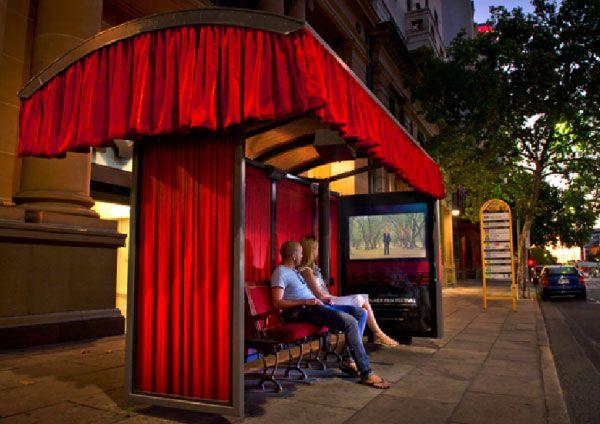 Para promocionar el Adelaide Film Festival que se celebra todos los años en Australia, han transformado las paradas de autobús en verdaderas salas de cine.