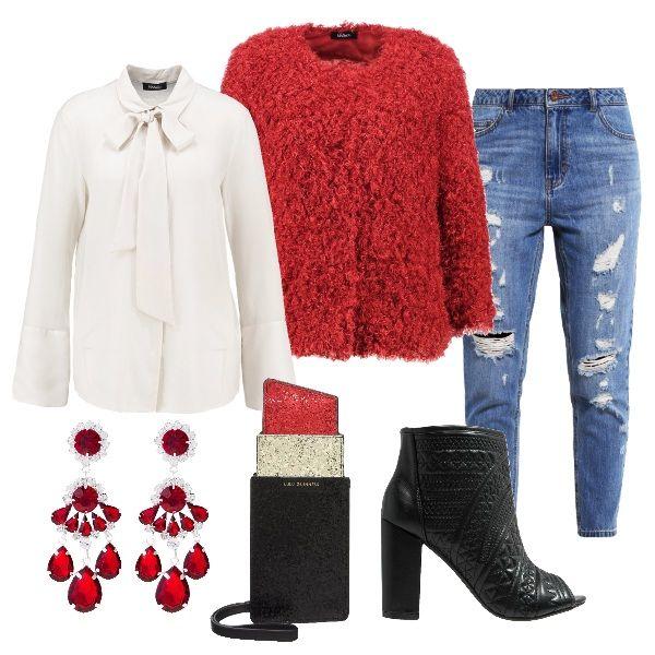 Camicia in seta color avorio con giacca a manica lunga rosso tabasco. Jeans baggy blue, a vita alta. Tronchetto nero spuntato con tacco largo e particolare pochette a forma di rossetto. Per impreziosire l'outfit orecchini di colore rosso.