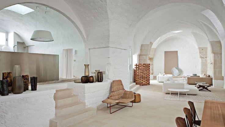 natural tiles floor + paint white all but the front wall and ceiling wood sand washed    Open space con vista soggiorno, cucina e sala da pranzo in casa rustica con accenti moderni