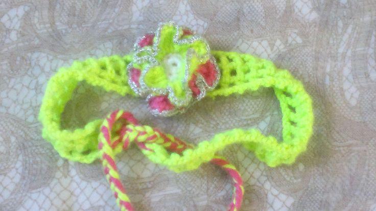 Grünes Stirnband,gehäkeltes Harband mit grün roter Blume und Bändchen mit Fransen,Stirnband mit Blume,Muttertag,Geschenk für Sie,Kinder,Baby von HaekelshopSetervika auf Etsy