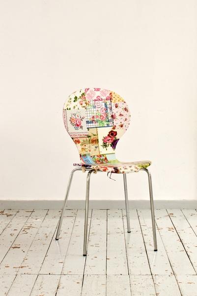 Dieser Holzstuhl wurde mit Serviettentechnik überarbeitet. Die retro Blumenmustern in den Servietten verleihen den Stuhl das gewisse Etwas! Der Stu...
