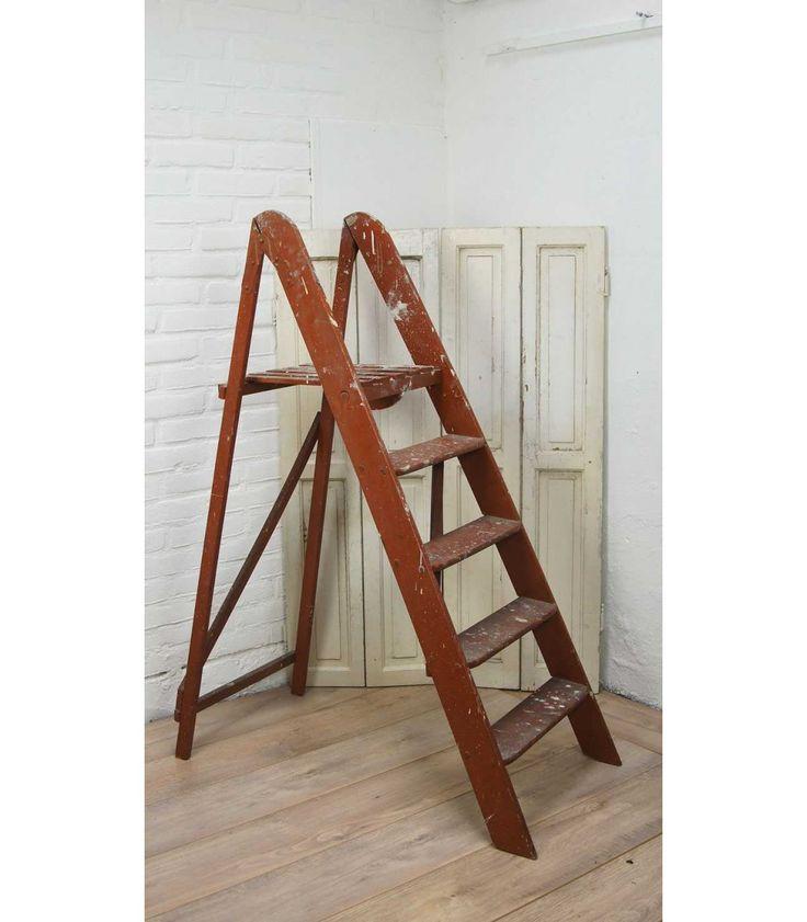 Dit oude bruine trapje is vroeger zo te zien ingezet voor schilderklussen! Op de bruine verf van het trapje zie je diverse verfsporen die hem echt karakter geven. Het trapje heeft vier treden en is uitgeklapt 125 cm hoog en hij is ongeveer 43,5 cm breed. Hij is in goede brocante staat.
