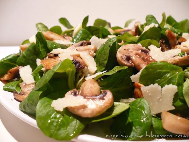 Grüner Salat mit gebratenen Champignons und Parmesanspäne