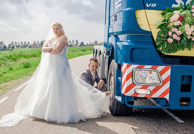 De bruid koos haar droomjurk en de bruidegom koos de trouwauto.. euhm vrachtwagen.  #weddingwednesday #bruidenbruidegom #bruiloft #trouwvrachtwagen #bruidsjurk #thandorabruiđsmode #bruilofthumor #ctfbruid #tpwbruiloft