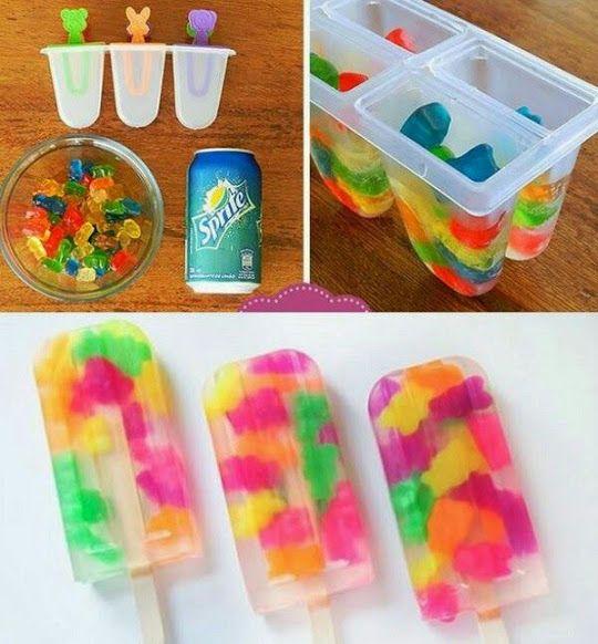 Aprende a hacer diferentes paletas de hielo con gomitas de colores, un postre ideal para los niños en verano.