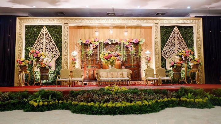 Setiap pernikahan adat di Indonesia memiliki ciri khas. Satu di antaranya adalah pelaminan dan backdrop yang berciri khusus seperti pelaminan dan backdrop pada pernikahan adat Jawa ini.