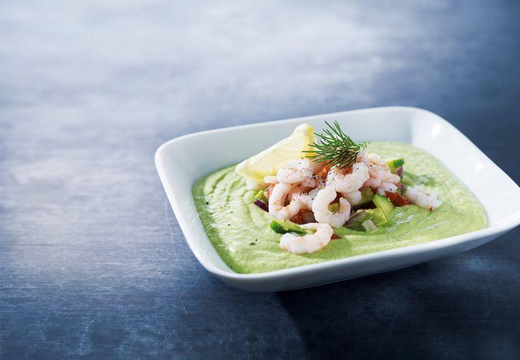 Kølig avocado- og agurkesuppe med fjordrejer er sublim sommermad, der mætter for få kalorier og forsyner hver eneste celle i kroppen med sunde næringsstoffer.