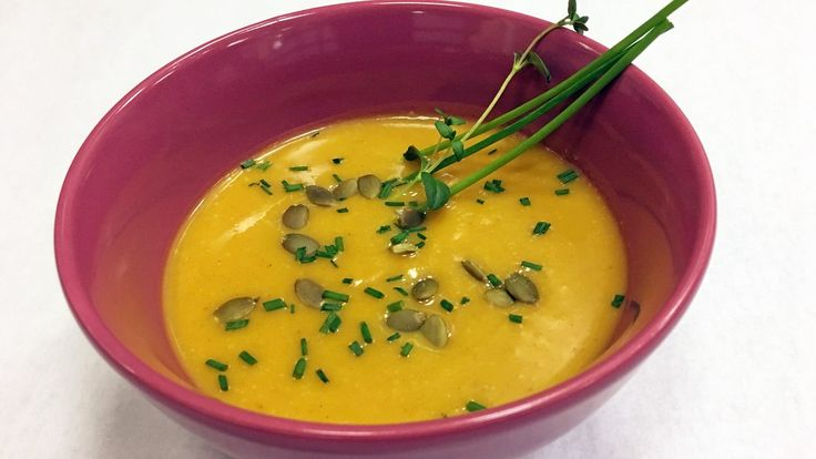 Gresskarkjøtt fra et halvt gresskar blir til sterk suppe når du krydrer med tørket chili. I denne oppskriften bakes gresskar, gulrot og søtpotet i ovnen før de blir til gresskarsuppe.