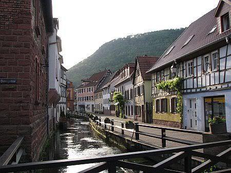 Annweiler AM Trifels | In Annweiler am Trifels. Der Fluss ist die Queich, die auch durch ...