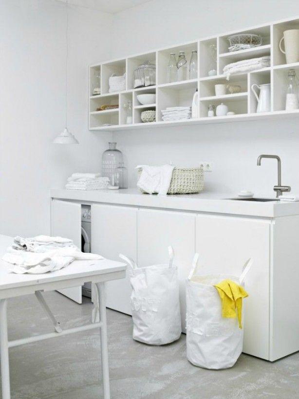 Mooie wasruimte; wasmachine en droger verstopt achter deuren.