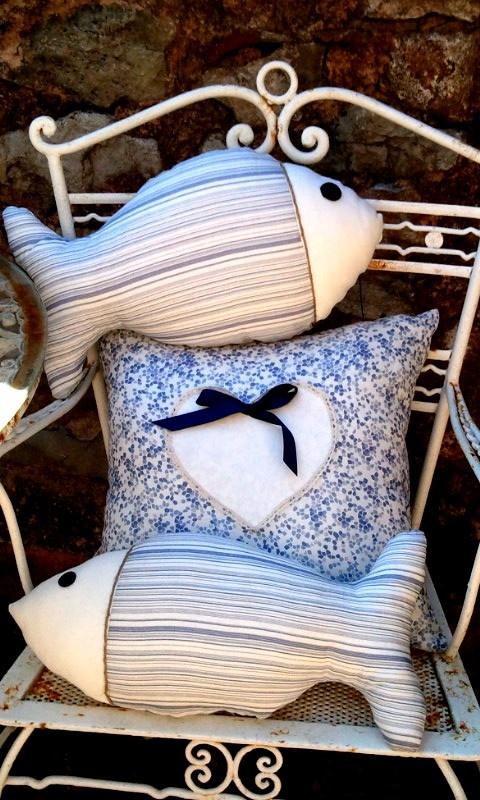 Cojines en forma de pez y con corazon y lazo en azul