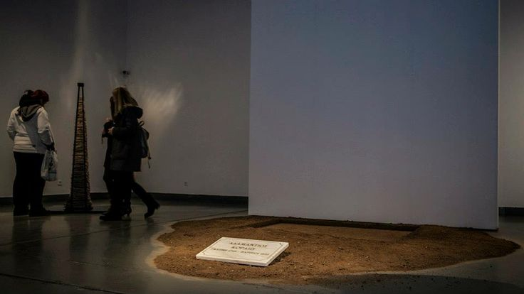 Αναστάσης Στρατάκης | Anastasis Stratakis Χωρίς τίτλο (Memorial) | Untitled (Memorial), 2013-14   Εγκατάσταση | Installation  Χώμα και επιγραφή σε πεντελικό μάρμαρο  Dirt and inscription on pentelic marble