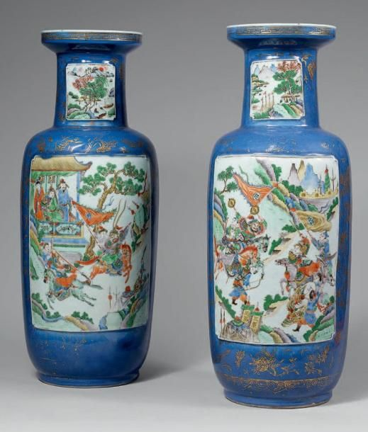 XIXe siècle   DEUX VASES rouleau en porcelaine formant pendant, ornés d'une couverte bleue et de motifs dorés, à décor de scènes de combats entre les Chu et les Han dans les réserves sur le corps, de paysages sur le col. Hauteur: 60,4 cm et 60,9 cm