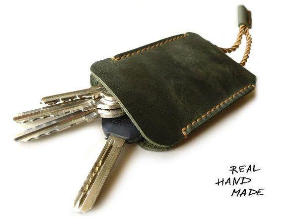 Llavero de cuero. Cosido a mano de cuero en color verde. Diseñado para las llaves estándar. Las claves se ponen en el anillo de metal. El tamaño aproximado de la titular de la clave - 7 x 10 cm. muy conveniente estuche para tus llaves! Si usted necesita otro tamaño por favor contactarme. Si usted desea agregar sus iniciales - lo puedes hacer aquí https://www.etsy.com/ru/listing/458001882/personalization-personalized-add-your?ref=shop_home_active_1 Más cad...