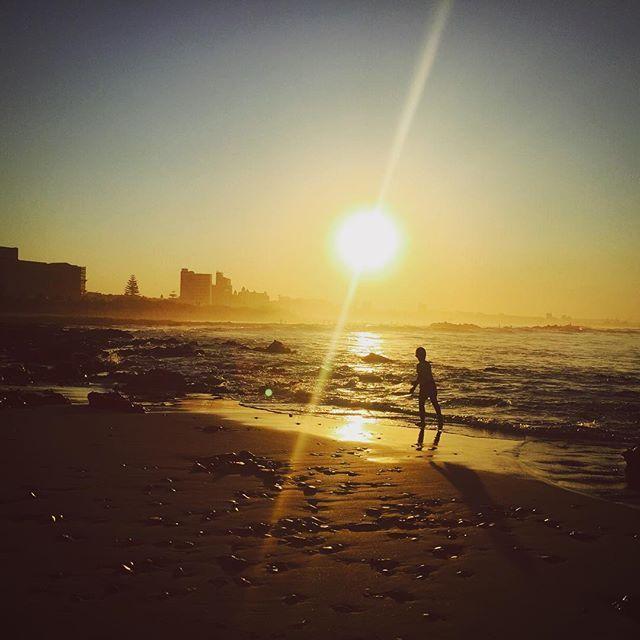 【shizue11】さんのInstagramをピンしています。 《My last day in South Africa... #southafrica #portelizabeth #beach #sunset #volunteering #lastday #travel #beautiful #南アフリカ #ポートエリザベス #ボランティア #海 #夕日 #最終日》