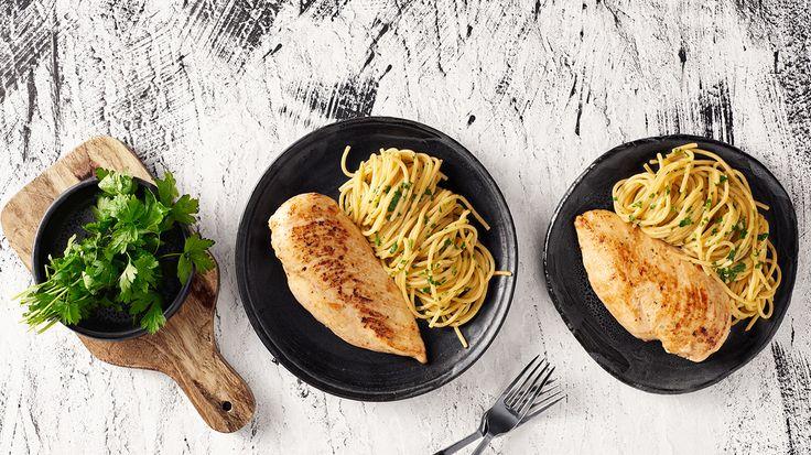 Sült csirkemell vajas-petrezselymes spagettivel, a legegyszerűbben