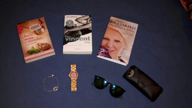 """Nuovi acquisti!   - libro """"Amore, menta e cioccolato""""; -libro """"The vincent boys""""; - libro """"Da donna a donna""""; - braccialetto Guess; - occhiali Ray Ban; - orologio 100% legno della """"Green Time"""" by Zeero"""