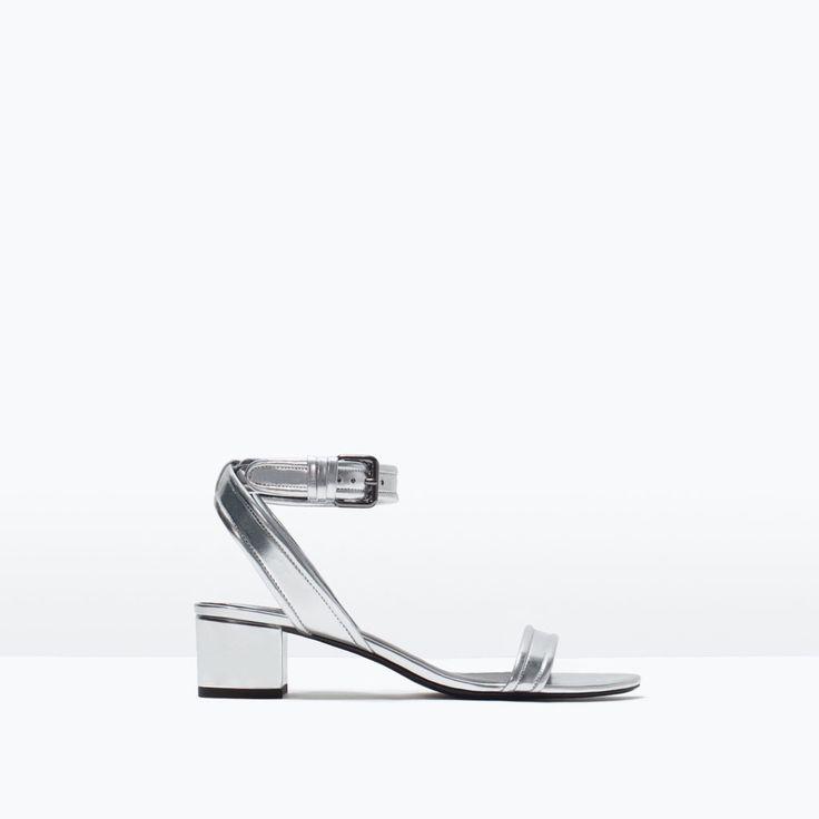 Evita scarpe e sandali con cinturino alla caviglia poichè accorciano e ingrossano la gamba. Ankles straps shorten legs - better to be avoided