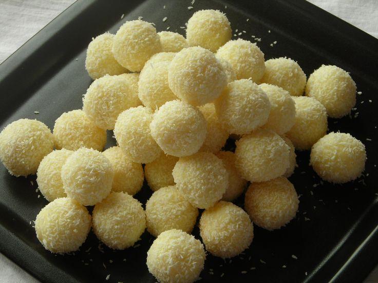 Przepis na kuleczki Raffaello: Pyszne, kokosowe kuleczki nadziewane migdałami, podobne w smaku do pralinek Rafaello, są bardzo popularne. Mam nadzieję, że ten przepis Wam się spodoba. Kuleczki polecam również do dekorowania ciast kokosowych.