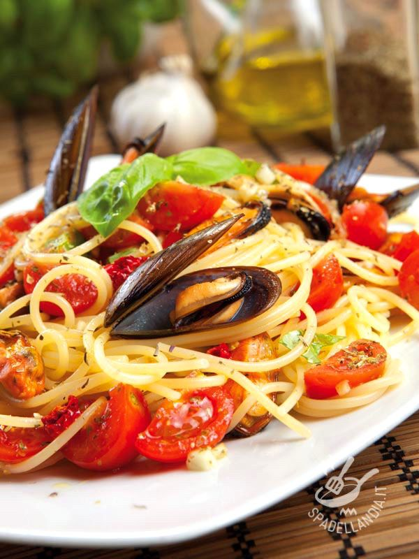 Gli Spaghetti alle cozze con crudaiola piccante sono un primo di mare dal successo garantito! Provateli anche con varietà di pasta diverse! #spaghettiallecozze