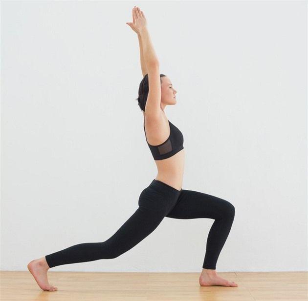 Powerjóga  Skvělý způsob, jak se zbavit bolesti zad i přebytečných kil. Instruktorka jógy a lékařka Aneta Králová vás naučí, jak vypadá pozice Bojovník I a III.
