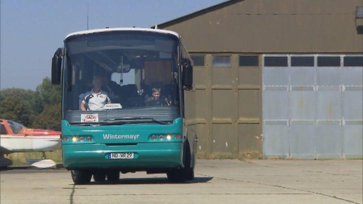 Dokonca zastavil na zastávke a nechal do vnútra nastúpiť troch pasažierov.