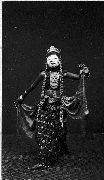 Danse Wajang Topeng vers 1870  File:COLLECTIE TROPENMUSEUM Een Wajang Topeng danseres. TMnr 60003356.jpg