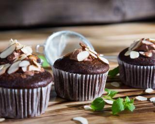 Muffins à l'épeautre, cacao et amandes : http://www.fourchette-et-bikini.fr/recettes/recettes-minceur/muffins-a-lepeautre-cacao-et-amandes.html
