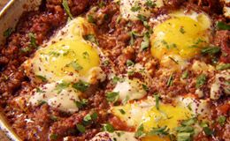 Shakshuka: prato da cozinha árabe tem carne moída, ovo e berinjela defumada - Receitas - Receitas GNT