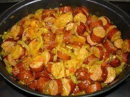 """Faire frire un peu les saucisse avant pour les faire dégraisser un peu. Dans une cocotte faire dorez les oignons avec l'huile et ajouter les saucisses coupés en morceaux. Puis ajoutez l""""ail et le gingembre, les tomates. Mélangez bien. Ajouter le thym et le curcuma, plus le piment et un petit peu d'eau. Couvrir et laissez cuire à feu doux pendant 1/2 heure environ. Accompagner avec du riz ou autre"""
