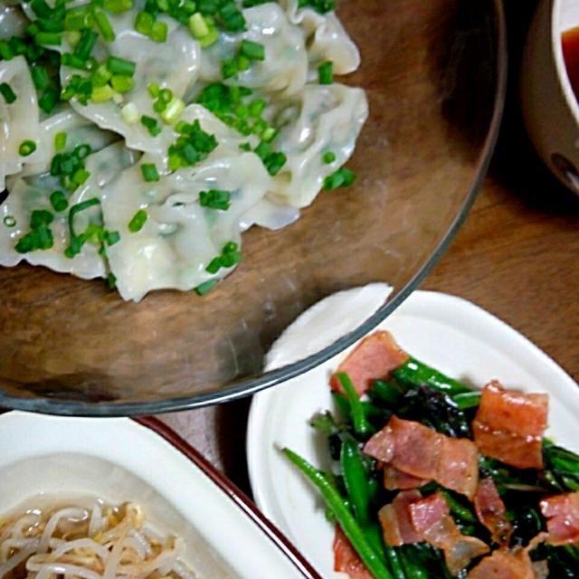 本日のお夕飯。 ネギニラ肉水餃子はニンニク使わずなので思いっきり食べました(笑) 金時草はムスメちゃんは美味しい~と申しましたが、ムスコ君は苦手みたい(笑) 紫の色と春菊のような風味が特徴的。 - 11件のもぐもぐ - 水餃子 もやしのナムル 金時草と隠元豆の炒めもの。 by Momoyo