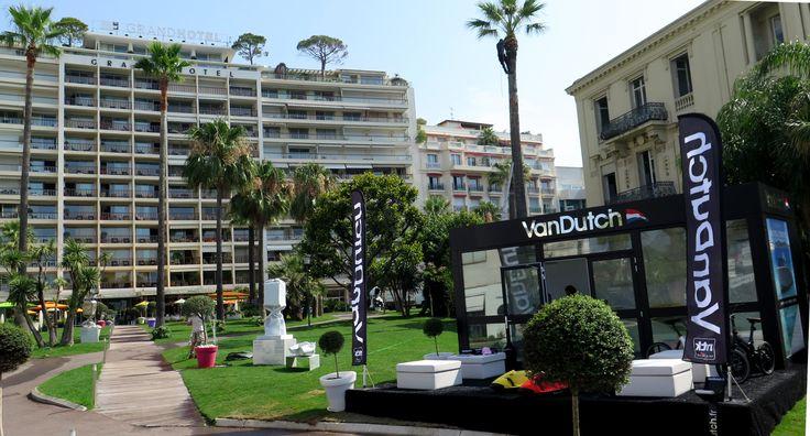 Les sculptures de Laurence Jenkell ont orné les jardins du Grand Hôtel, Cannes tout l'été 2016 #bonbons #laurencejenkell