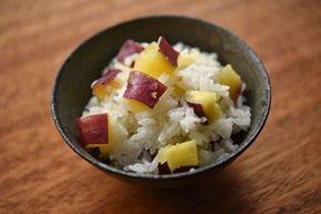 いちばん丁寧な和食レシピサイト、白ごはん.comの『さつまいもご飯(芋ごはん)』のレシピページです。さつまいもご飯の味付けはシンプルに塩だけ、しかも皮つきでひと口大に切ったらごはんと一緒に炊き込む、という簡単さです。写真付きで『さつまいもご飯の作り方』を詳しく紹介しています。