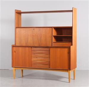 Bräntorps, bokhylla, teak, 1950/60-tal. Nederdel med skjutdörrar och 6 st lådor. Överdel med hyllplan samt lucka med bakomvarande inredning. Höjd 147,5, bredd 129 cm, djup 43,5 cm. Märkt med etikett Bräntorps.