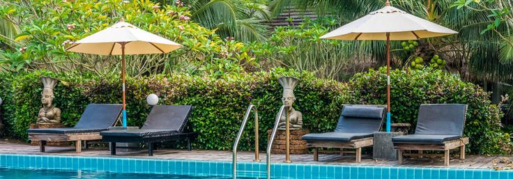 parasols placés près d'une piscine
