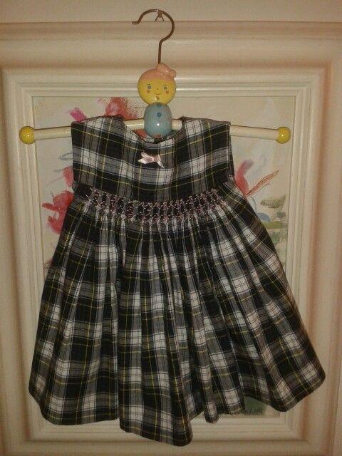 Vestido escocés con punto smock y moño rococó