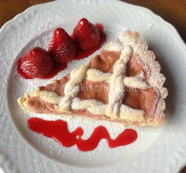 La crostata con crema pasticcera alla fragola bimby è una golosa ricetta primaverile a base di pasta frolla farcita con crema di fragole.