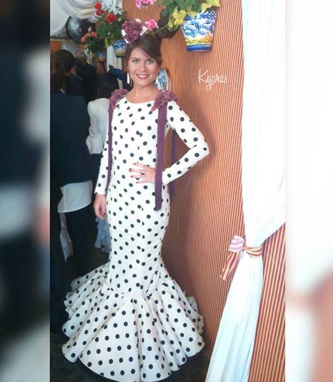 Traje de flamenca blanco con lunar negro @_kyarascomplentos