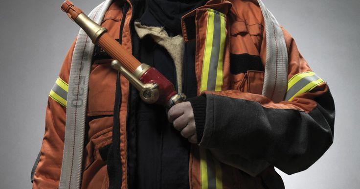 Técnicas para enrollar mangueras de bomberos. Los bomberos deben aprender múltiples técnicas para enrollar, almacenar y cuidar sus mangueras. Asegurar que una manguera se enrolle correctamente le permite al bombero desenrollarla a toda velocidad cuando es necesario. Cuidar bien la manguera es esencial; una manguera defectuosa puede ser un contratiempo muy perjudicial cuando hay vidas en ...