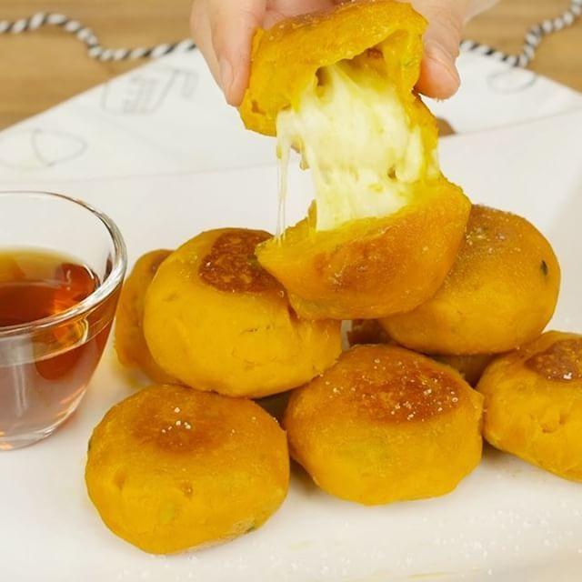 材料3つだけもちもちチーズかぼちゃもち❤️失敗知らず&とろ~りチーズとほっこりする甘さがたまらない! . 作ったら#マカロニレシピ のタグをつけて投稿してくださいね♩ . ■材料 ・かぼちゃ : 1/4個(350g) ・モッツァレラチーズ:お好み(50~100g) ・片栗粉 : 大さじ3~4杯 ・バター : 10g(なければ他のオイルでも可) . ■作り方 ①モッツアレラチーズを一口大にきります。あまり大きいと包むのが大変なので、少し小さめにするのがおすすめです。 ②かぼちゃを一口台に切って、皮をむいて600Wのレンジで5分加熱します。 ③柔らかくなったかぼちゃを耐熱ボウルに入れてつぶして、片栗粉を加えてゴムべらで粉っぽくなくなるまで混ぜます。8等分の目安となる線を引いておくと後から楽です。 ④まぜたかぼちゃを小判型に成形して、チーズを入れて包みます。※チーズがはみ出ないように注意してください! ⑤フライパンにバターをひき、かぼちゃを並べて、弱火~中火で表面を焼きます。※チーズにも熱を通すために、弱めの火力でじっくり焼くのがおすすめです!…
