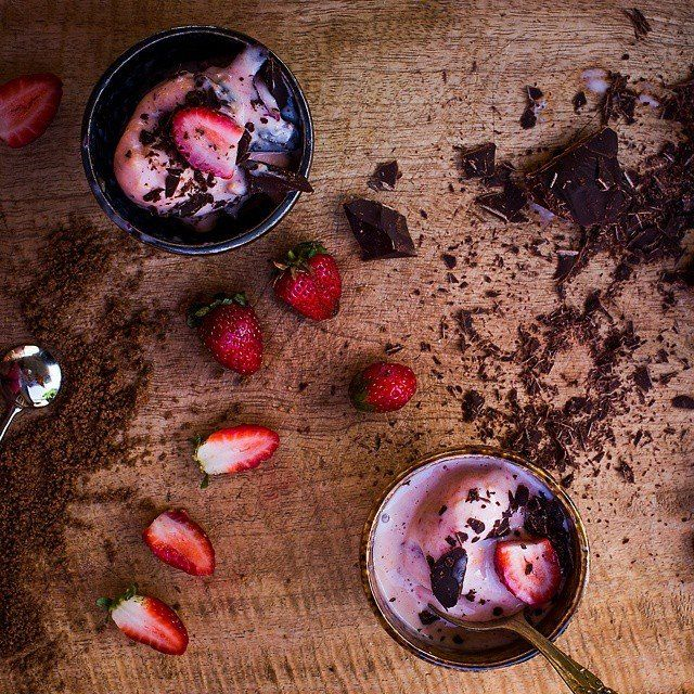 Using up this week's left over fruit in a fresh apricot, plum and mixed berry frozen yoghurt, topped with flax and nut meal, strawberries and dark chocolate.