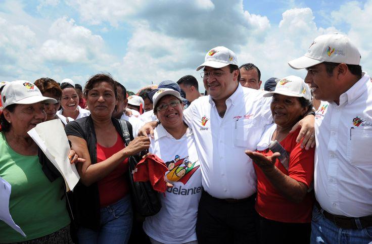 El gobernador Javier Duarte de Ochoa se mostró cercano con los presentes que se dieron cita para ser testigos de la  entrega del puente Prosperidad