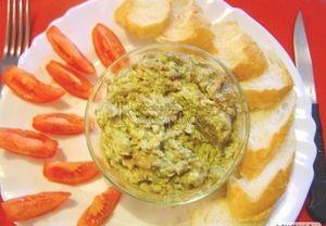 Zralé avokádo (měkké) oloupeme, rozřízneme a vyjmeme pecku. V misce rozmačkáme vidličkou na pastu. Přidáme sůl, pepř, prolisovaný česnek a šťávu z lim...
