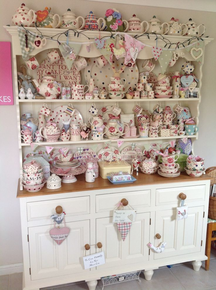 I adore all things Emma Bridgewater, would love to have this dresser packed with her pottery. #mydreamkitchen @kitchendoorw